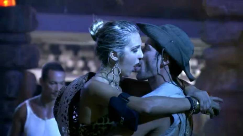 Tatiele e Roni se beijam durante a Festa Perdidos na Selva
