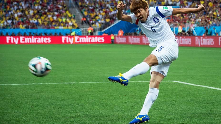 Jogador da Coreia do Sul chuta a bola no jogo contra a Bélgica