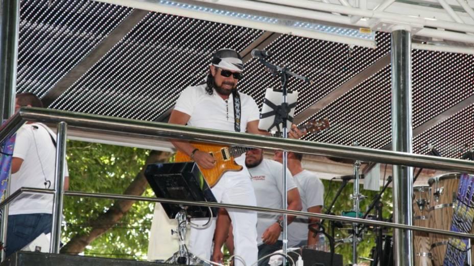 Chiclete com Banana toca em cima de trio no circuito Campo Gande em Salvador