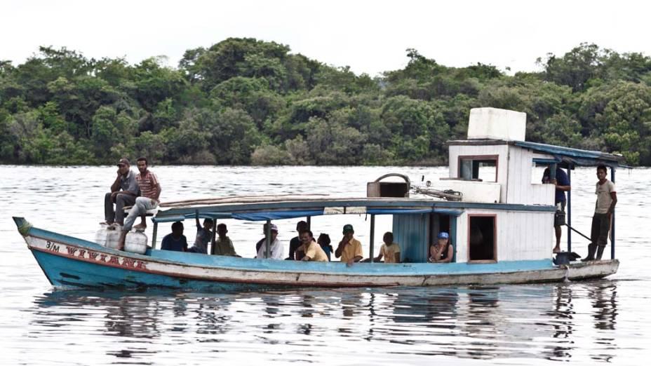 Moradores atravessam o Xingu de barco: a cara do rio vai mudar após a construção de Belo Monte