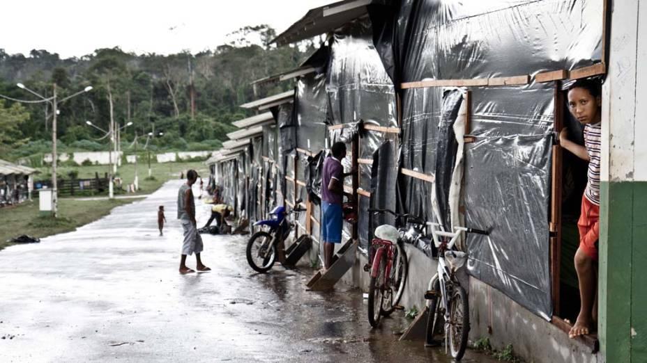Enquanto a região das palafitas não é revitalizada, famílias removidas de áreas alagadas vivem em barracas do Parque de Exposições de Altamira