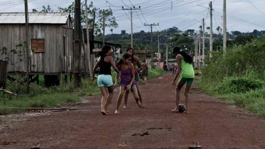 Crianças brincam em rua sem asfalto no bairro Boa Esperança, em Altamira