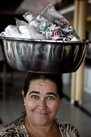 """A baiana Irene Guerra de Oliveira, de 48 anos, vende cocadas em Altamira: """"Criei quatro filhos assim"""""""