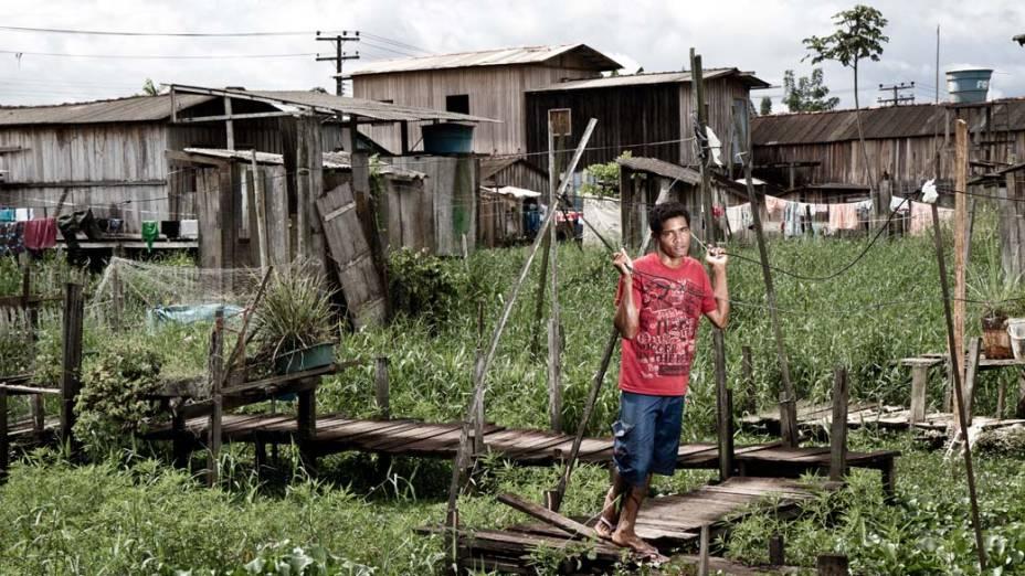 """Rafael Lourenço Soares, de 24 anos, mora com a mãe e os irmãos em Altamira. Ele precisa se mudar todos os anos no período de cheia: """"Queria nascer de novo"""""""