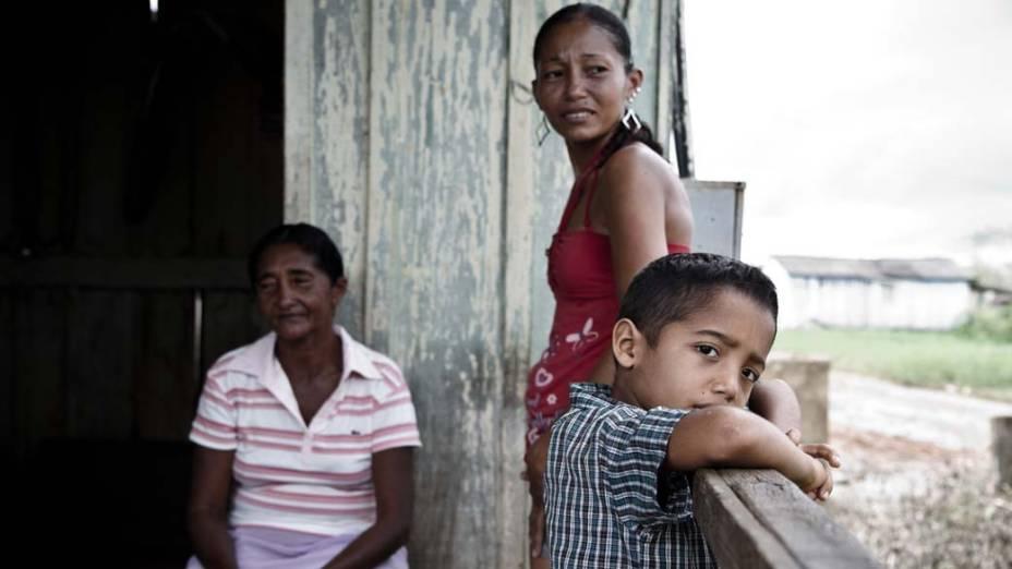 Maria Nazaré do Nascimento com a filha Aldemira Nascimento dos Santos e o neto. Altamira, Pará