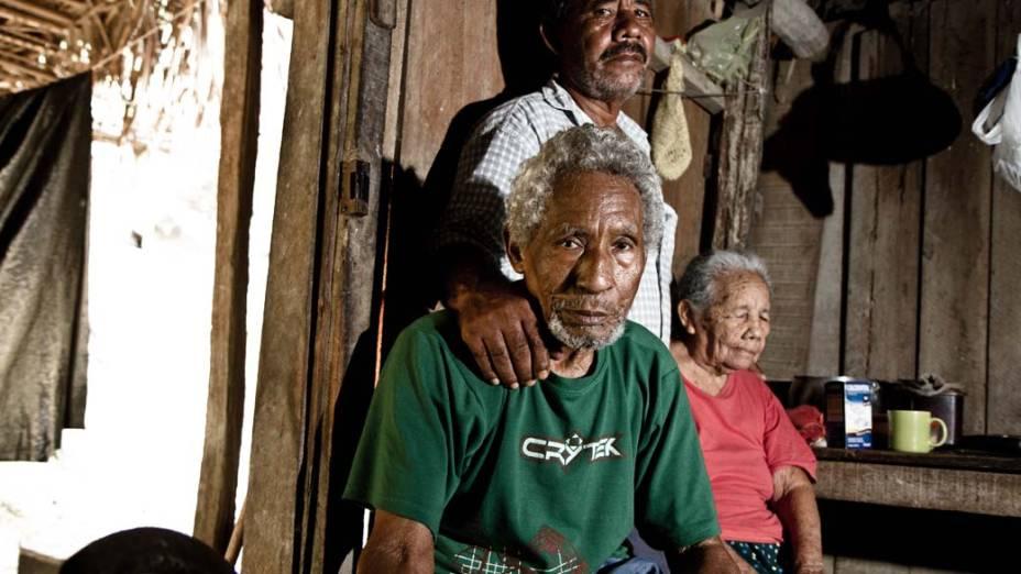 """Aos 60 anos, Otávio Assunção Cardoso, que mora na Ilha da Fazenda, com a mãe, a índia juruna Maria Helena Ferreira, de 96 anos, e o pai, Belchior Assunção Cardoso, 86: """"Minhas raízes estão aqui, vou sair entristecido"""""""