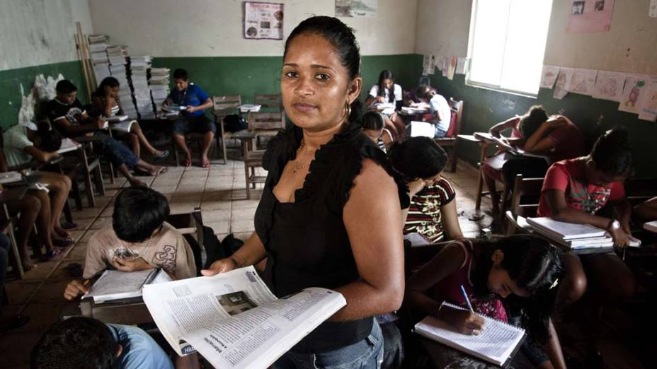"""Diana Deyse da Silva Pinto, de 34 anos, diretora da Escola Municipal Luiz Rebelo, no município de Senador José Porfírio: """"As pessoas matam, colocam os corpos nas voadeiras (barcos)e chamam a polícia"""""""