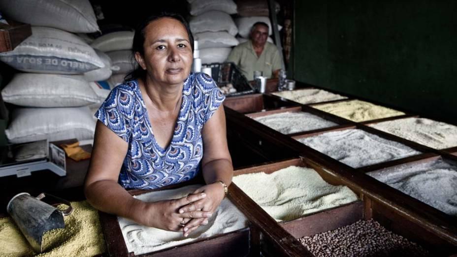 """Rita Marinho, 48, em seu box no Mercado Municipal de Altamira: """"Quando preciso de médico vou de ônibus até Teresina. Aqui uma consulta demora vinte dias"""""""