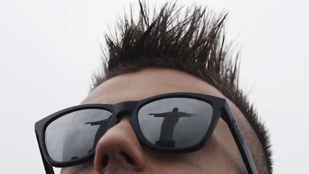 Cristo Redentor refletido nos óculos jogador italiano Stephan El Shaarawy, no Rio de Janeiro