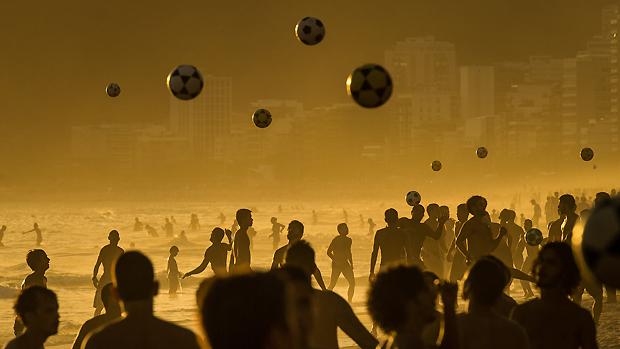 Praia de Ipanema lotada no fim da tarde, no Rio de Janeiro