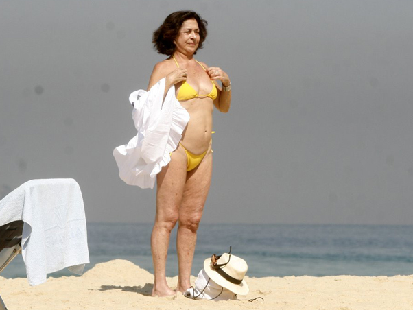 Betty Faria na praia, de biquíni