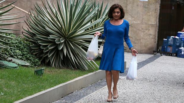 Betty Faria circula pelo Leblon