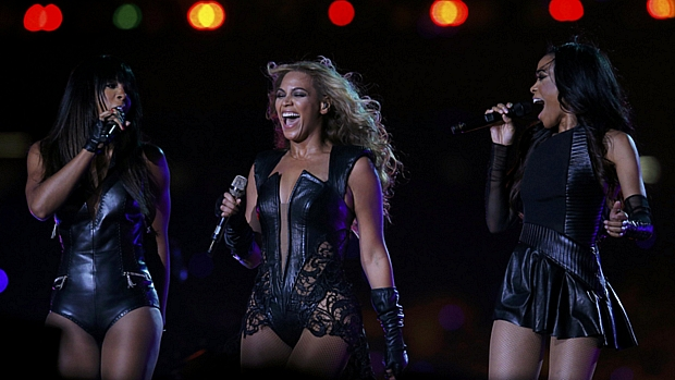 Beyoncé e o grupo Destinys Child se apresentam no intervalo do 47º Super Bowl