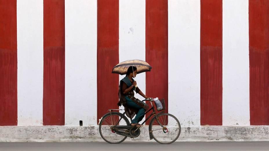 Mulher anda de bicicleta em Jaffna, no Sri Lanka