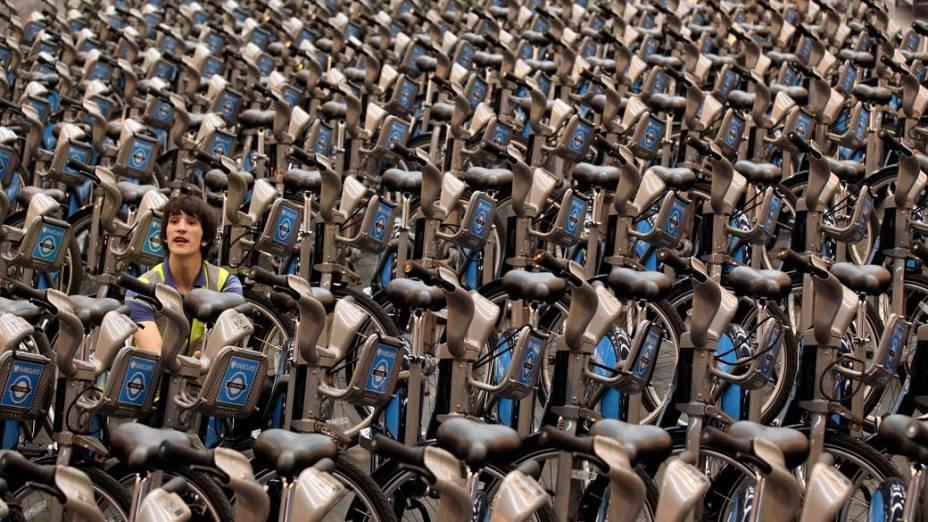 Funcionário em bicicletário de Londres, na Inglaterra
