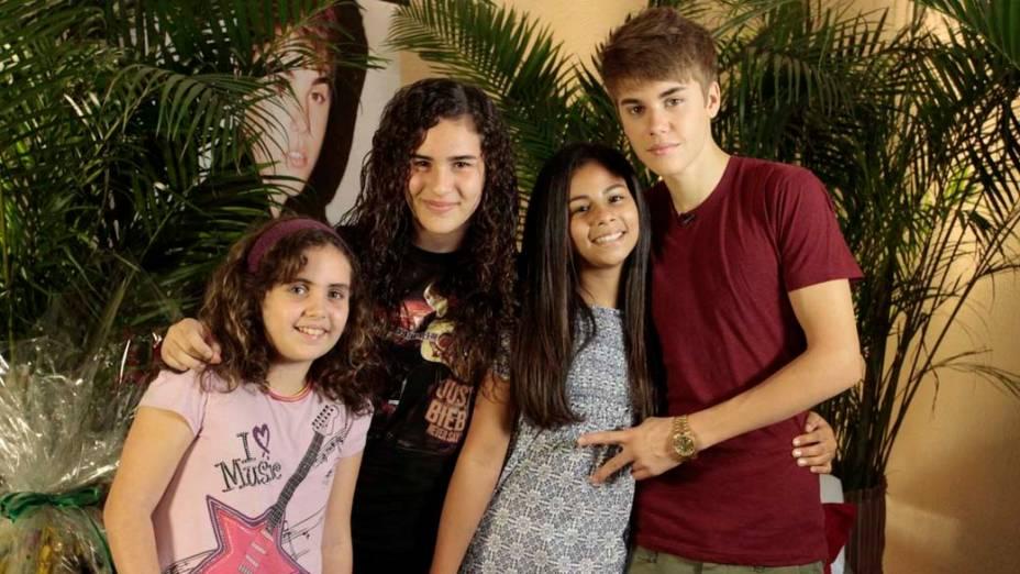 Fãs sorteadas pelo fã clube do cantor conheceram Justin Bieber no camarim antes do show no Rio de Janeiro
