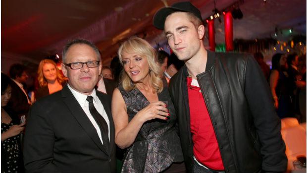 O diretor Bill Condon com o ator Robert Pattinson e a mãe, Clare Pattinson