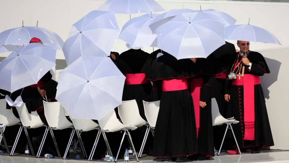 Bispos aguardam a chegada do Papa Bento XVI, durante a Jornada Mundial da Juventude em Madri, Espanha
