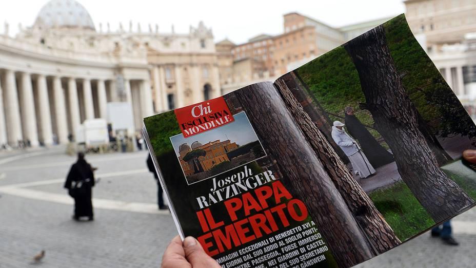 """Homem lê a revista italiana """"Chi"""", com fotos do papa emérito Bento16 no terraço da residência papal de verão em Castel Gandolfo, no sul da Itália"""