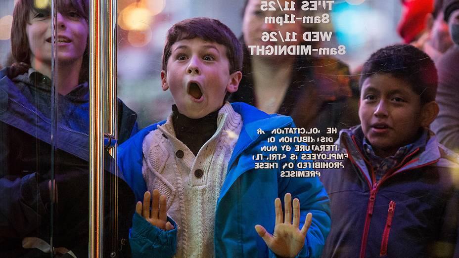 Crianças aguardaram abertura de loja nos Estados Unidos na última sexta-feira (28), no início da Black Friday