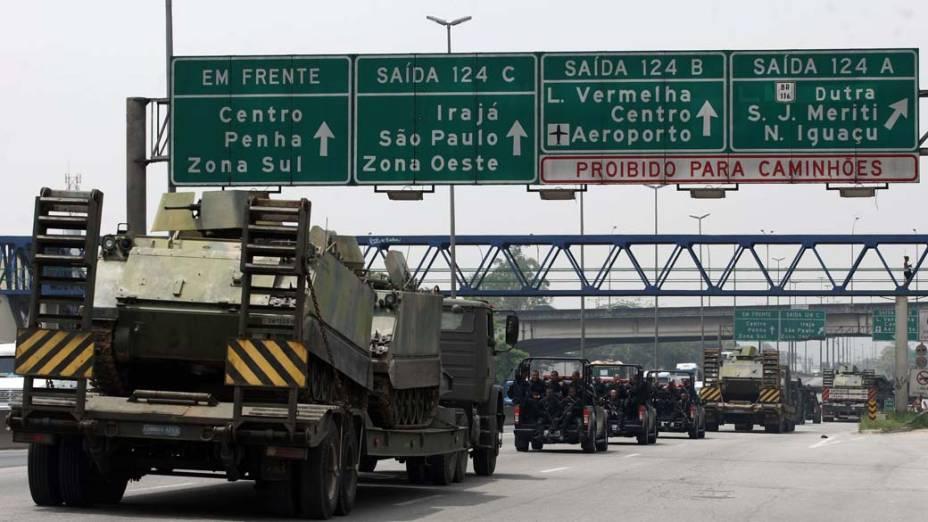 Na quinta-feira, dia 25 de novembro, veículos blindados para transporte de tropas da Marinha são levados por Policiais do BOPE ao Complexo de Favelas da Vila Cruzeiro, Rio de Janeiro