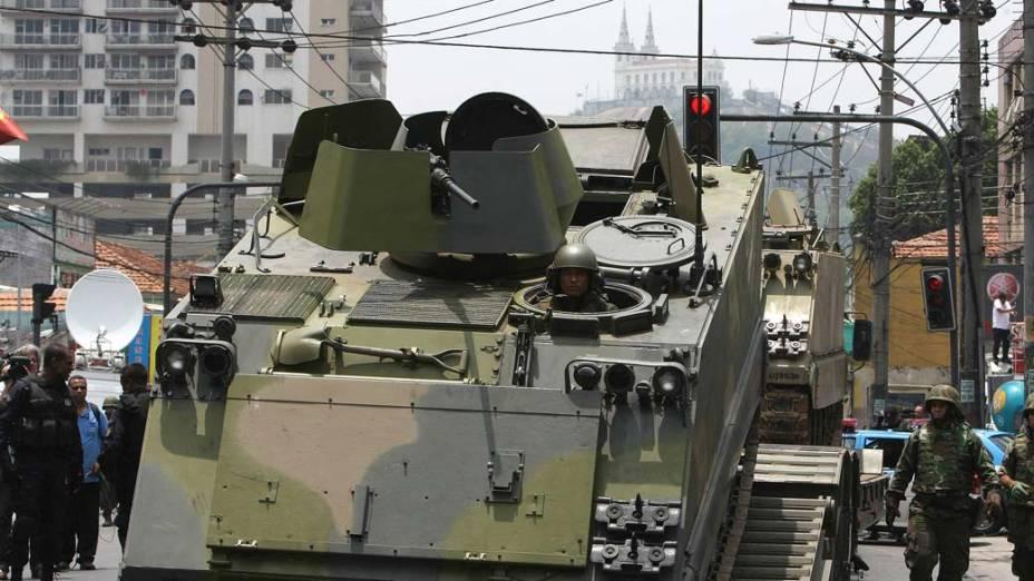 Na quinta-feira, dia 25 de novembro, veículo blindado para transporte de tropas da Marinha no Complexo de Favelas da Vila Cruzeiro, Rio de Janeiro