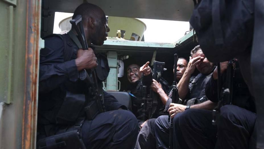 Na quinta-feira, dia 25 de novembro, PM dentro de veículo blindado para transporte de tropas da Marinha no Complexo de Favelas da Vila Cruzeiro, Rio de Janeiro