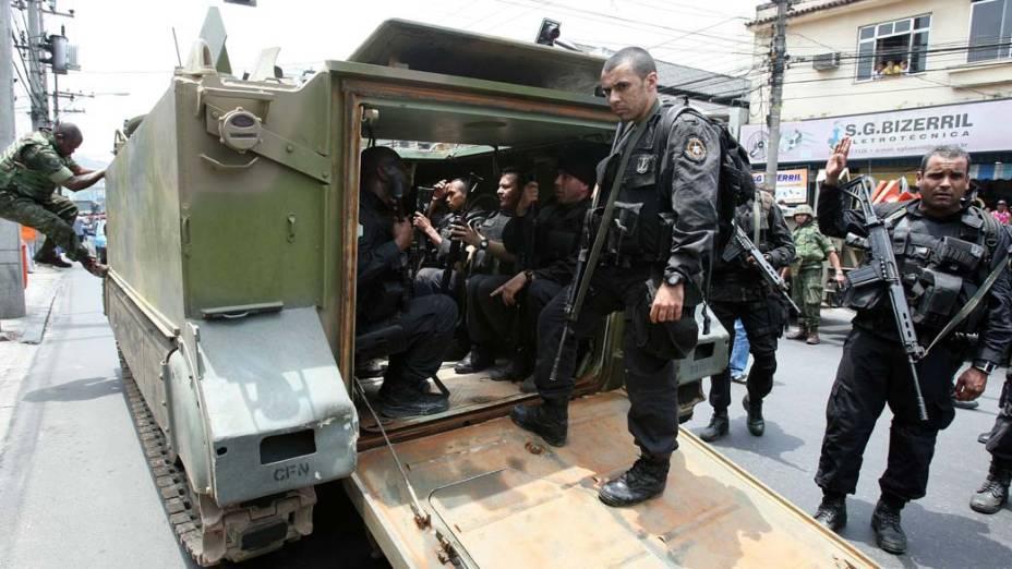 Na quinta-feira, dia 25 de novembro, PM no veículo blindado para transporte de tropas da Marinha no Complexo de Favelas da Vila Cruzeiro, Rio de Janeiro