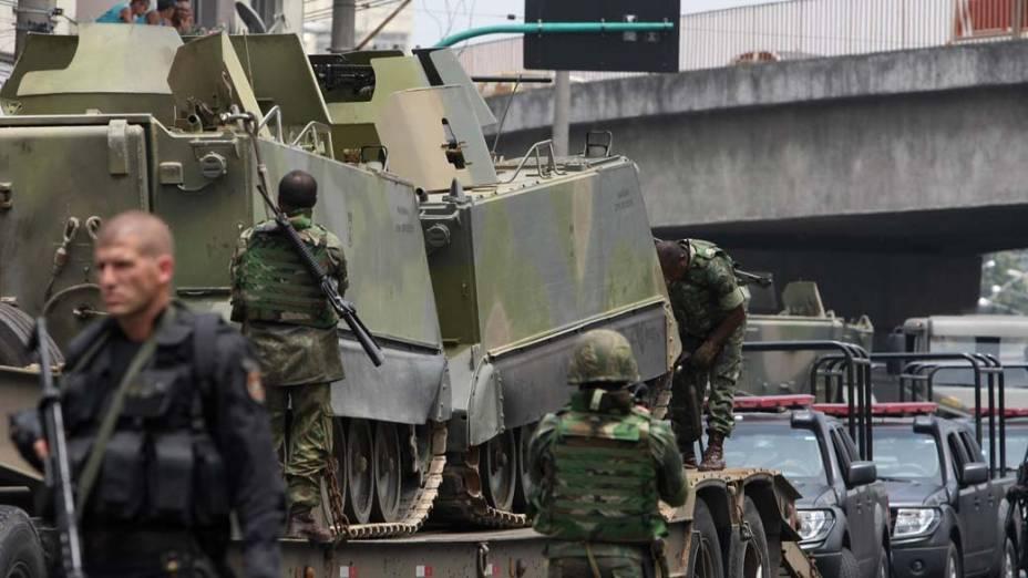 Veículo blindado para transporte de tropas da Marinha no Complexo de Favelas da Vila Cruzeiro, Rio de Janeiro