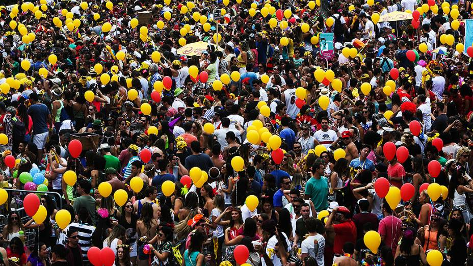 Foliões se concentram na Avenida Paulo VI