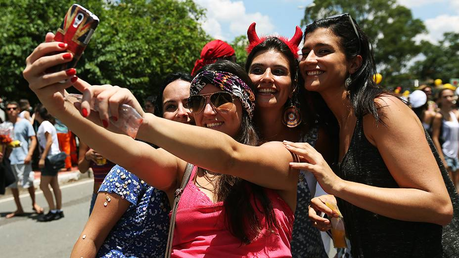 Foliãs fazem selfie no bloco Bangalafumenga