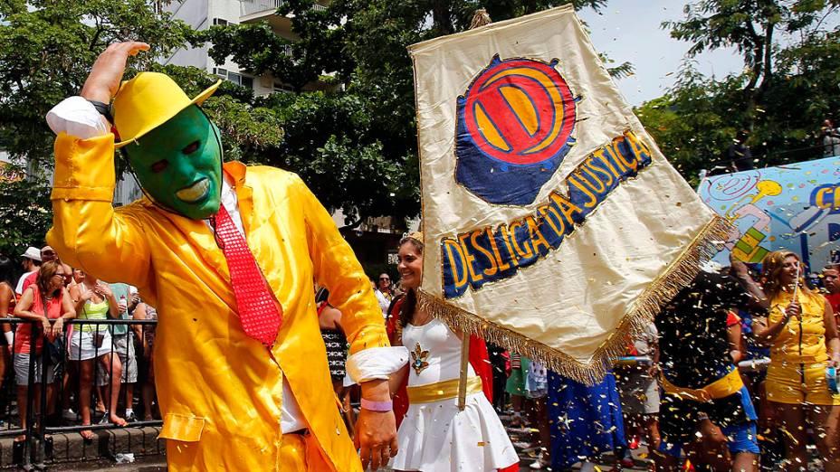 Folião vestido de O Máscara participa do bloco Desliga da Justiça