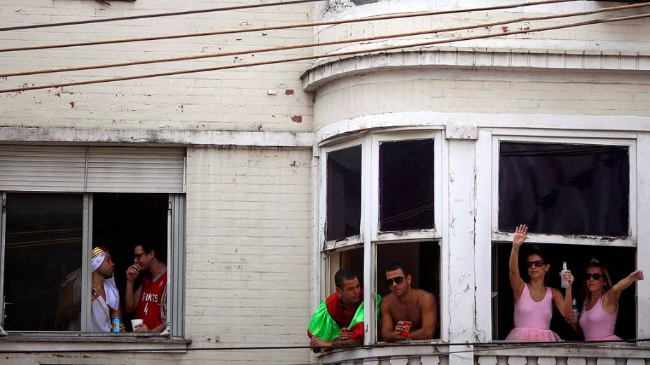 Moradores observam a passagem do bloco  Suvaco de Cristo, na zona Sul