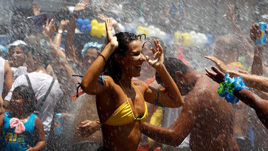 Foliões se refrescam durante a festa do Escravos de Mauá