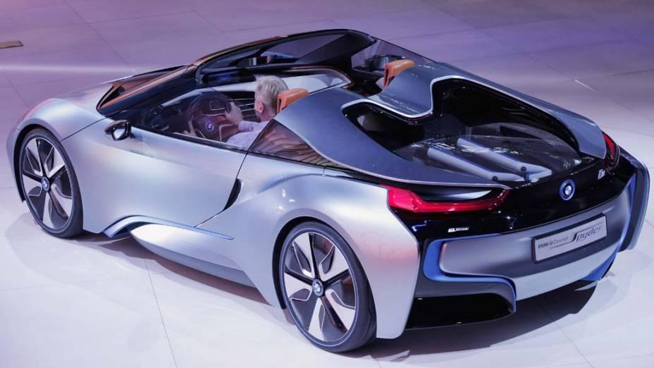 BMW i8 Spyder: carro-conceito com faróis são de laser, capô semitransparente e portas no estilo asa-de-gaivota. Tem motor elétrico, que gera 129 cavalos de potência para as rodas dianteiras, e motor a combustão, com três cilindros, 220 cavalos para as rodas traseiras. Faz de 0 a 100 km/h em 5 segundos e atinge velocidade máxima de 250 km/h. O motor elétrico é capaz de rodar sozinho por 30 km. Em conjunto com o motor a combustão, tem consumo de 33,3 km/l.