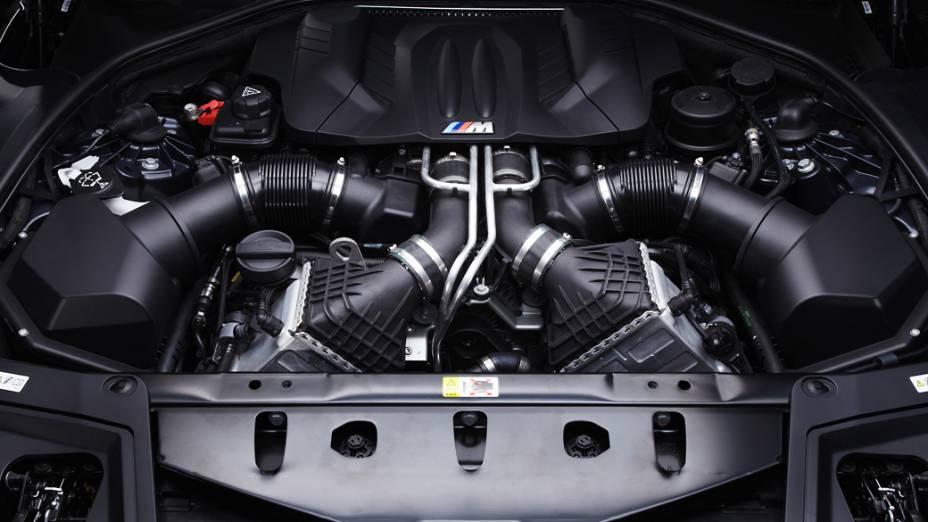 O motor V8 4.4 despeja para as rodas traseiras 567 cv de potência e está acoplado a um câmbio automatizado de sete marchas e dupla embreagem. Este conjunto leva o carro do 0 aos 100 km/h em 4,4 segundos