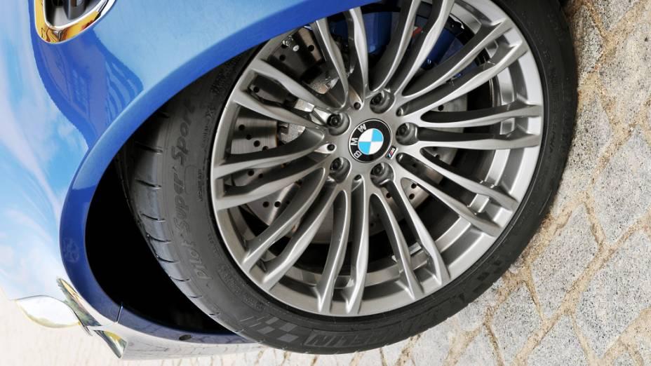As rodas do M5 são de liga leve e medem 19 polegadas. Os pneus são Michelin Pilot Super Sport