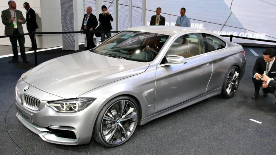 BMW Série 4 Coupé Concept - Por enquanto, ele ainda é um protótipo, mas deve ganhar as linhas de produção em breve. O novo Série 4 substituirá o cupê Série 3, que deixou de ser fabricado. Além das linhas agressivas da carroceria, o carro-conceito exibe rodas de liga leve de 20 polegadas e faróis com diodos luminosos (leds). Dados técnicos, como especificações de motor e câmbio, e informações sobre o desempenho do protótipo não foram reveladas pela BMW