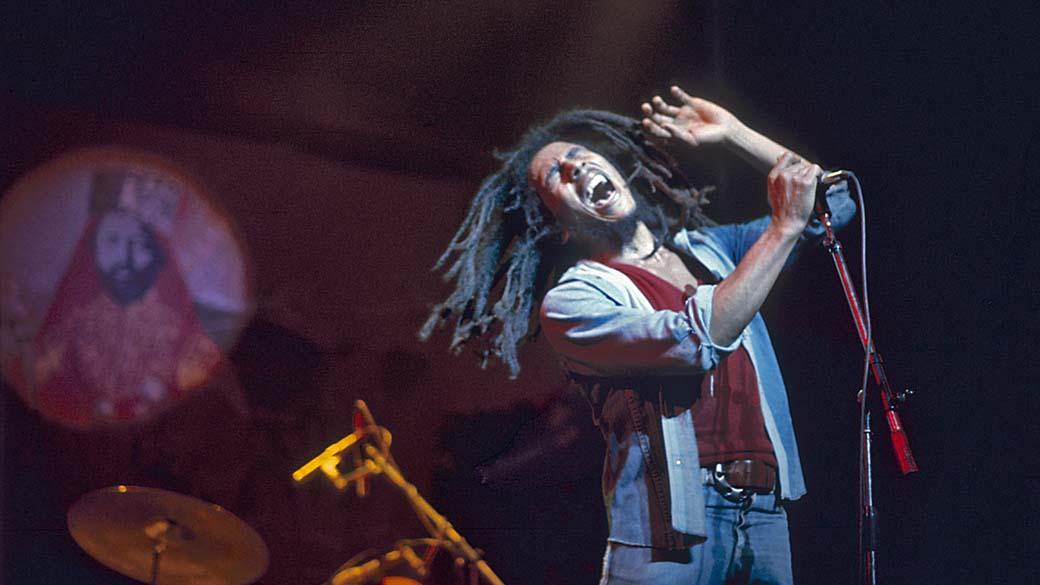 Bob Marley durante show no teatro Rainbow em Londres, 1977