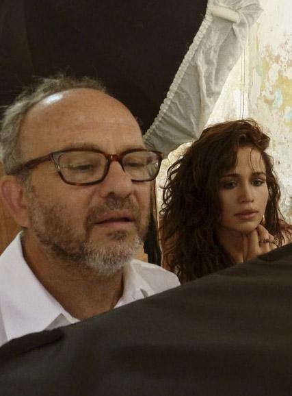 Bob Wolfenson e Nanda Costa checam as imagens do ensaio para a Playboy