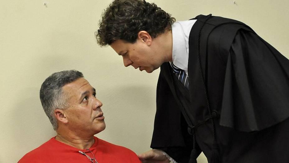 Bola conversa com um dos seus onze advogados de defesa