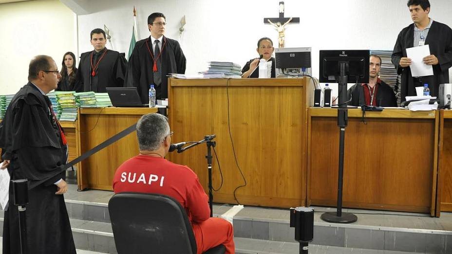 Bola se senta em frente à juíza Marixa Fabiane, no Fórum de Contagem