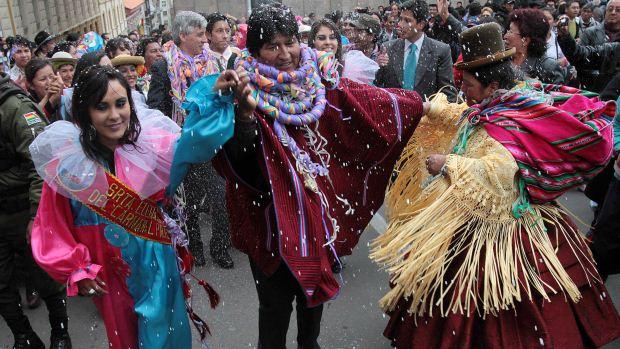 O presidente boliviano Evo Morales dança na abertura dos festejos de Carnaval em La Paz, na Bolívia, com rituais de agradecimento à Pachamama, a mãe Terra - 17/02/2012
