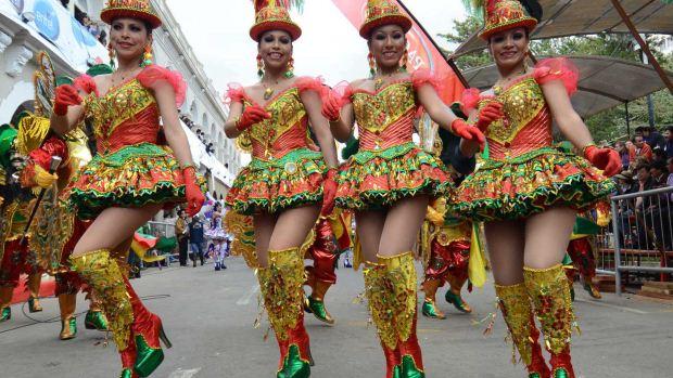 Mulheres participam da dança da Morenada, que reúne 48 grupos folclóricos na Abertura do Carnaval de Oruro, na Bolívia - 18/02/2012