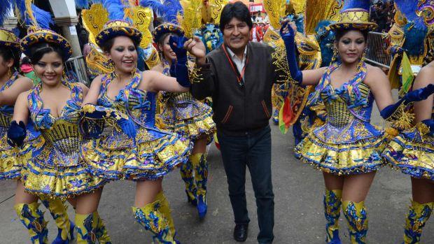 O presidente Evo Morales em meio a participantes da Dança da Morenada, que reúne 48 grupos folclóricos na Abertura do Carnaval de Oruro, na Bolívia - 18/02/2012