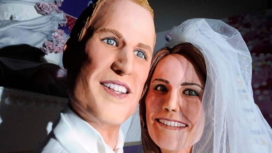 Bolo feito pela confeiteira Michelle Wibowo retrata o Príncipe William e a noiva Kate Middleton, em evento no centro de Londres