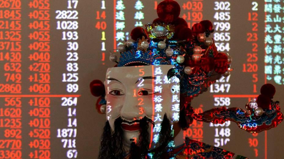 Homem vestido como o Deus da Fortuna em bolsa de valores em Taipé, Taiwan