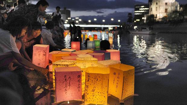 Japoneses acendem lanternas no 67º aniversário da bomba de Hiroshima