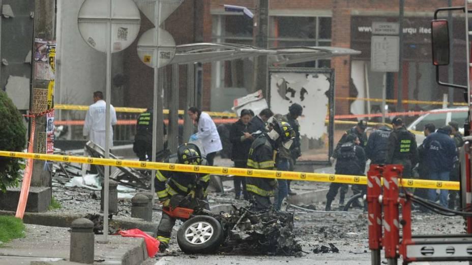 Policiais colombianos inspecionam o local da explosão de um carro bomba em Bogotá, na Colômbia, que ocorreu na madrugada desta quinta-feira e atingiu uma estação de rádio e edifícios da região