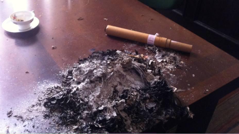 Sala da liderança do DEM, na Câmara do Rio, tem restos de bomba e de papéis queimados